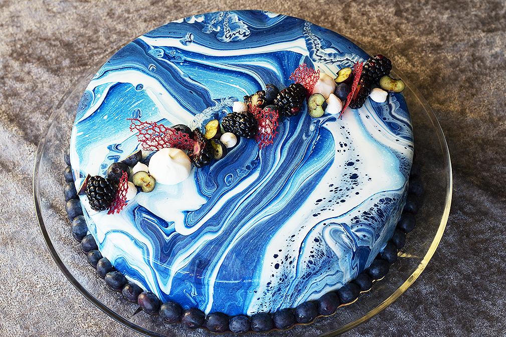 Blondiebund med chokoladeganach og blåbærfyld